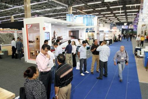 GUADALAJARA, JALISCO, MEXICO. AGOSTO 19 2011. VISITANTES DISFRUTANDO LA EXPO MUEBLE VERANO 2011 .  (foto: Pedro Pérez Franco/Getty Images)